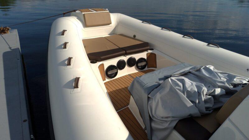 Установленная музыка в лодке