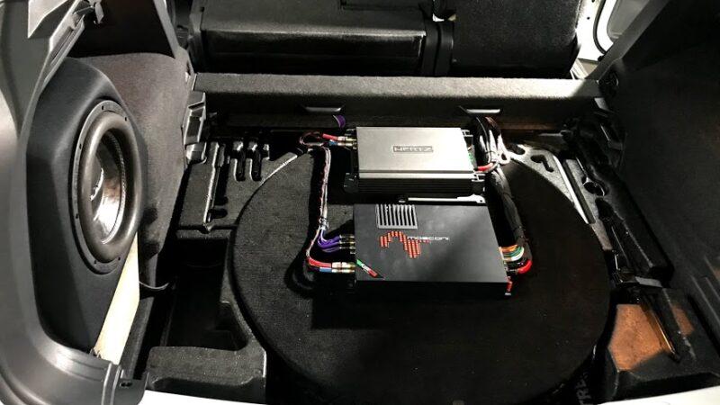 Изображение установленной системы звука с усилителем