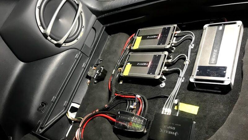 Якісна система звуку з підсилювачем в автомобілі