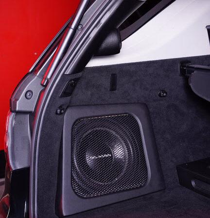 Якісний сабвуфер типу стелс в автомобілі