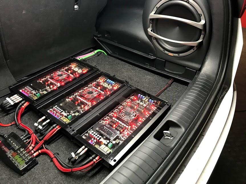 Установленная система звука с усилителем и процессором в автомобиль