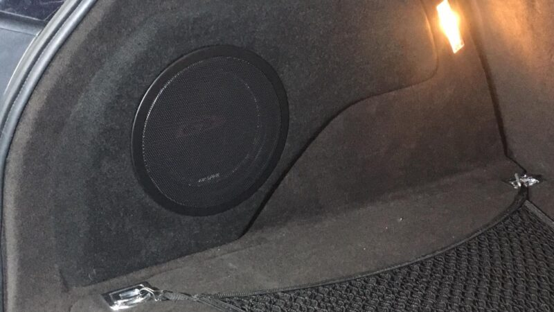 Сабвуфер типу стелс в багажнику авто
