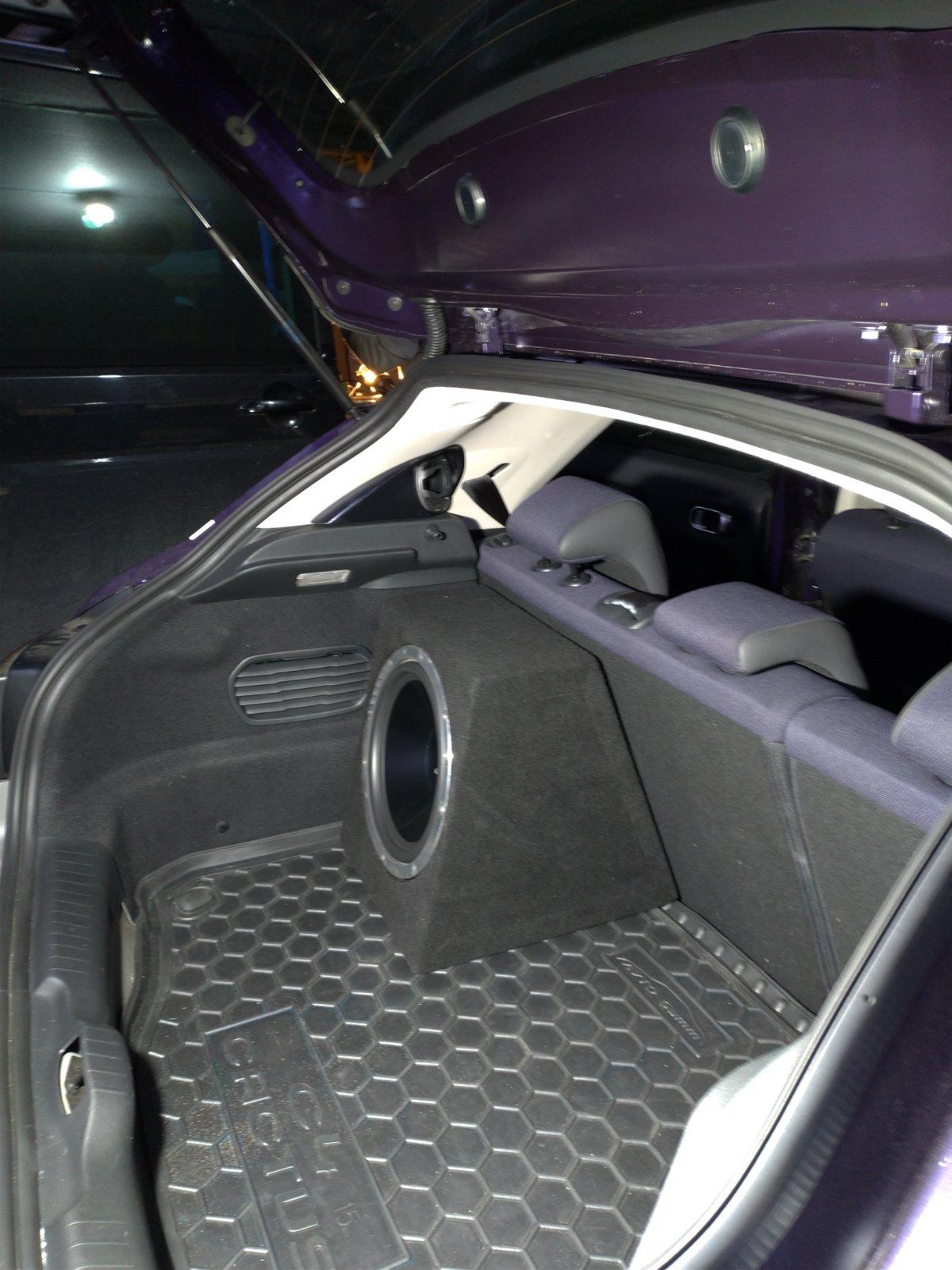 Установленый пасивный сабвуфер в автомобиле