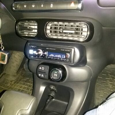 Изображение установленной магнитолы в автомобиле